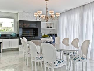 Casa em Jurerê Internacional - SC - Brasil: Salas de jantar  por Samara Barbosa Arquitetura,Clássico