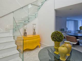 Couloir et hall d'entrée de style  par Samara Barbosa Arquitetura