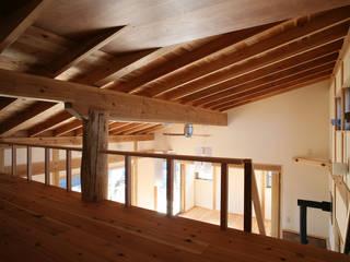 Salas multimédia ecléticas por 八島建築設計室 Eclético