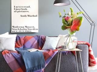 Ookinhetpaars de webshop voor kleurrijke kussens en prachtige plaids: scandinavische Woonkamer door Ookinhetpaars