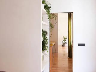 Terza casa circolare: Ingresso & Corridoio in stile  di M;adori design