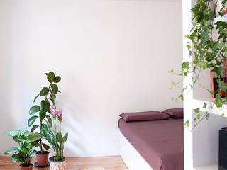 Terza casa circolare: Camera da letto in stile  di M;adori design