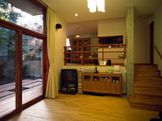 目白台の家: 八島建築設計室が手掛けたリビングです。