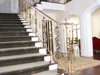 Pasillos, vestíbulos y escaleras de estilo clásico de SCHUTT GRANDE FORGE Clásico