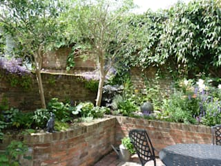 Secret Courtyard Garden:   by Cornus Garden Design