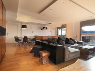 Duplex en Barcelona Salones de estilo moderno de The Pont design Moderno