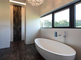 モダンスタイルの お風呂 の 123DV Moderne Villa's モダン
