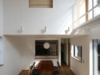 湖山の家: THNK一級建築士事務所が手掛けたリビングです。