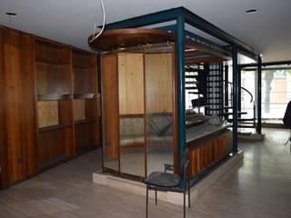 lo spazio centrale del negozio  prima dell'intervento:  in stile  di Casaburi & Memoli Architetti