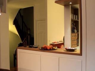 Meuble de cuisine vu depuis la salle à manger: Salon de style de style Moderne par 3B Architecture