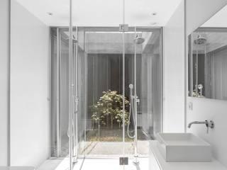 Sambade House Baños de estilo moderno de spaceworkers® Moderno