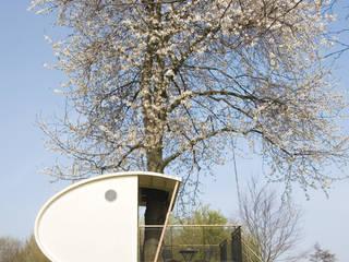 Boomhut in bloeiende kersenboom: modern  door Atelier Dutch, Modern