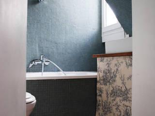 APARTMENT IN PARIS Casas de banho modernas por Atelier UOA Moderno