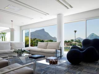 Living room by Gisele Taranto Arquitetura