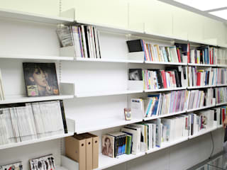 FLOATING SHELVING SYSTEM: THE THING FACTORY 의 현대 ,모던