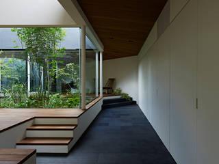 Corridor & hallway by 石井秀樹建築設計事務所, Modern