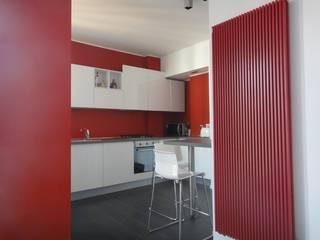 Cucina rossa : Soggiorno in stile  di studionove architettura