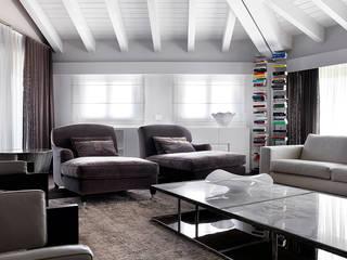 モダンデザインの リビング の Studio d'Architettura MIRKO VARISCHI モダン