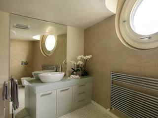 Modern bathroom by Studio d'Architettura MIRKO VARISCHI Modern