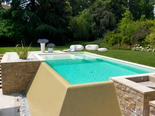 Hồ bơi phong cách hiện đại bởi Studio d'Architettura MIRKO VARISCHI Hiện đại