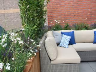 Modern roof terrace: eclectic Garden by Garden Club London