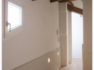 casa Di Donato: Ingresso & Corridoio in stile  di architetto alessandro condorelli