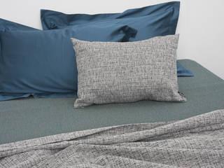 POEMO DESIGN: CAPI UNICI SENZA TEMPO PER VESTIRE LA CAMERA DA LETTO: Camera da letto in stile  di POEMO DESIGN