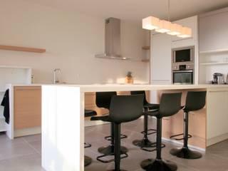 Appartement à Cannes meublé entièrement par wm Cuisine moderne par WM Moderne