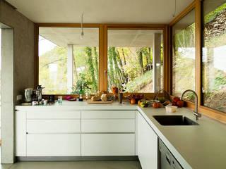 Wohnhaus am Hang, Wyhlen: moderne Küche von GIAN SALIS ARCHITEKT