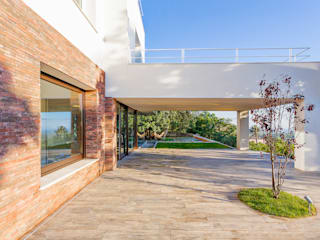 Courtyard house of stone Casas modernas de Studio 4e Moderno