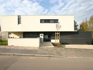 Haus W. in Kröllwitz: moderne Häuser von däschler architekten & ingenieure