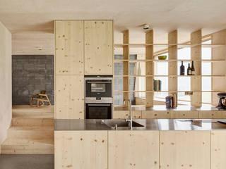 Cocinas de estilo  de Innauer-Matt Architekten ZT GmbH