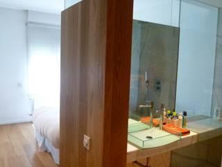Camera da letto in stile  di Maroto e Ibañez Arquitectos