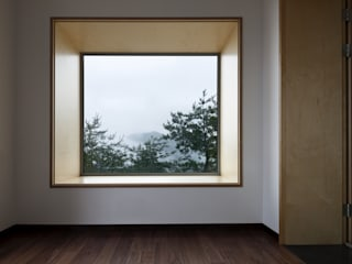 A house on the cliff: studio_GAON의  창문
