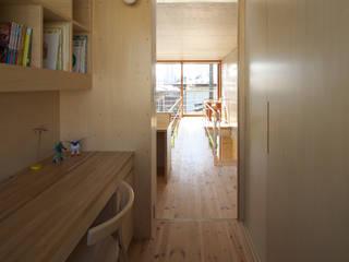 House in Fuchu 佐藤重徳建築設計事務所 Eclectic style corridor, hallway & stairs