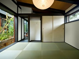 石井智子/美建設計事務所 Sala multimediale in stile asiatico