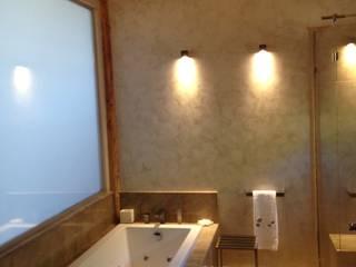 Chalet Atika: Salle de bains de style  par RAINERI