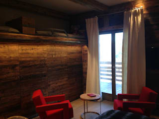 Chalet Atika: Salon de style de style Moderne par RAINERI