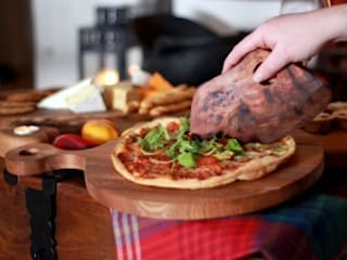 Harch Pizza Board and Quirky Cutter de Harch Wood Couture Rústico