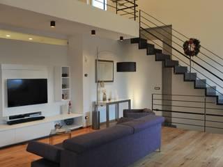 """CASA """"ROERO"""" _ VILLA PRIVATA IN COLLINA _ CUNEESE _ PIEMONTE: Case in stile in stile Moderno di ENRICO MARCHIARO _ eMsign Studio _ Architettura_Interior Design"""