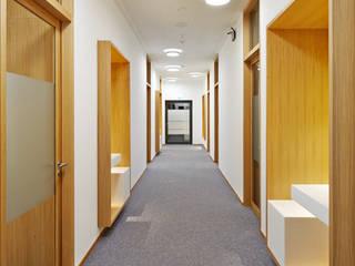 Pasillos y recibidores de estilo  por Fischer Lichtgestaltung