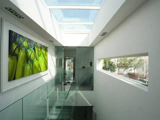 una casa piena di luce: Case in stile in stile Moderno di Sycamore