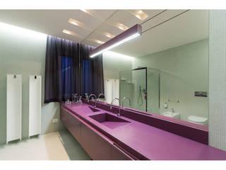 Vista Bagno in camera:  in stile  di V.Z. Architettura & Design