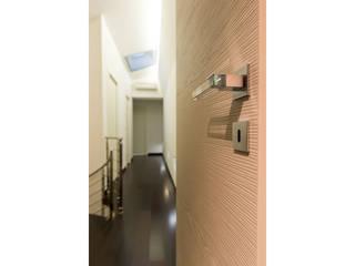 Dettaglio porta/maniglia:  in stile  di V.Z. Architettura & Design