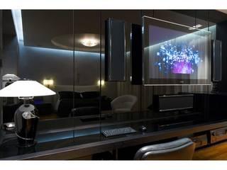 Camera da letto / Dettaglio parete in vetro nero :  in stile  di V.Z. Architettura & Design