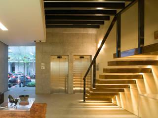 Masaryk 123 Corredores, halls e escadas modernos por Serrano Monjaraz Arquitectos Moderno