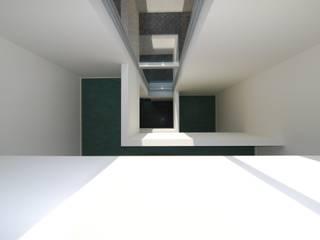 Seniorenwoningen Leidscheveen de Dijken 10:  Gang en hal door HVE Architecten bv