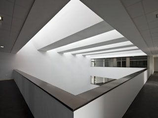 Centro de Formación y Empleo en Energías Renovables y Medioambiente:  de estilo  de alba ceacero arquitectos