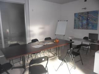 sala riunioni PRIMA:  in stile  di ELLE HOMESTAGING