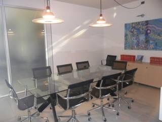 sala riunioni DOPO:  in stile  di ELLE HOMESTAGING